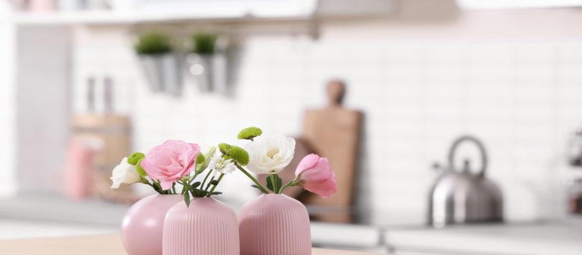 Décorations délicates (vases) et enfants