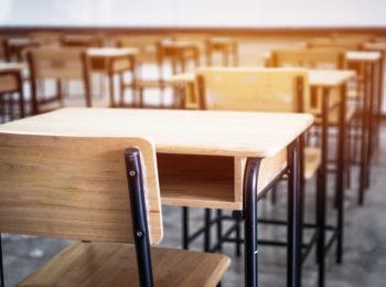 Les chaises d'école s'invitent dans un style industriel